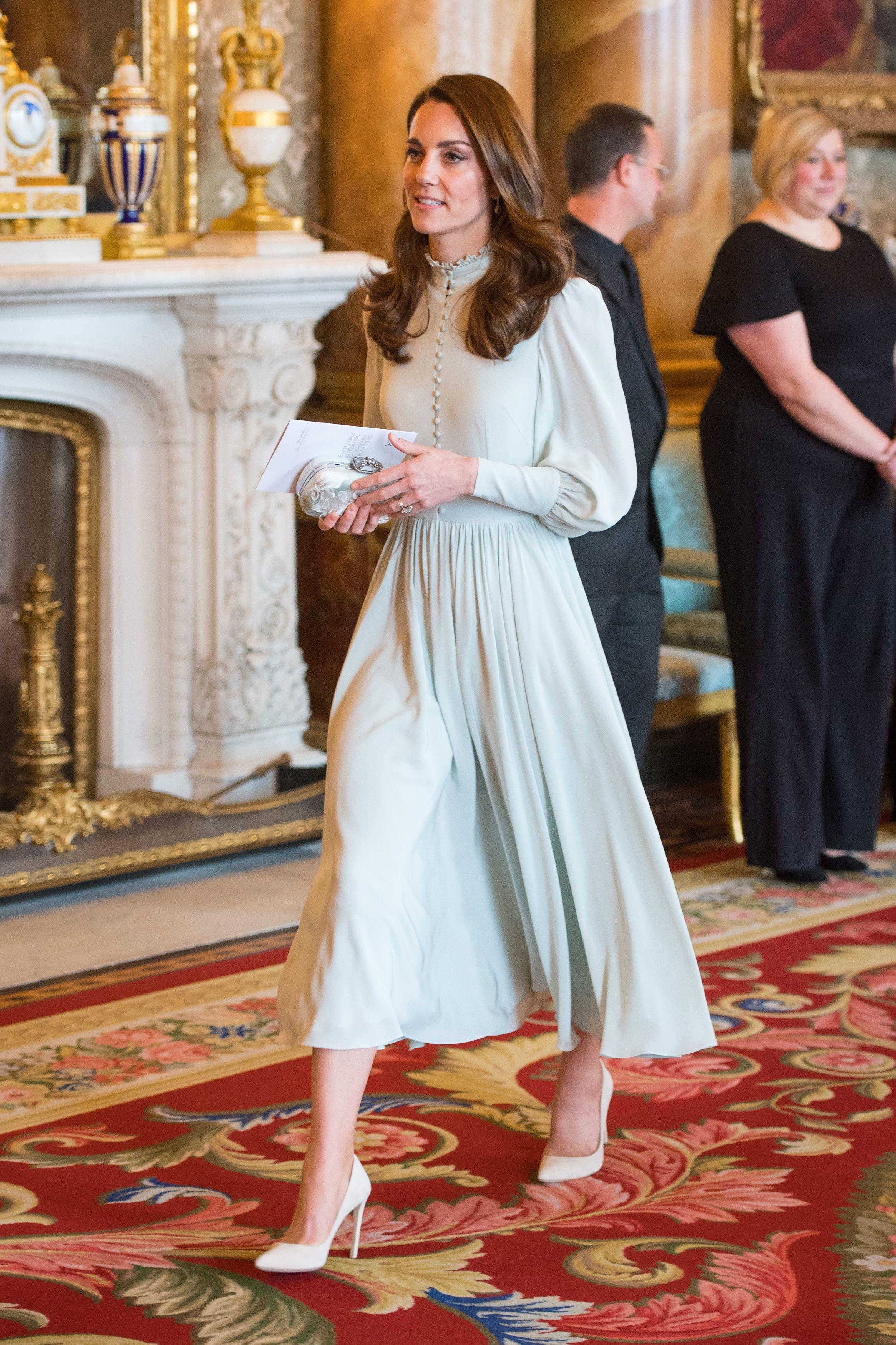Струнка Кейт Міддлтон в ментоловій сукні прийшла на прийом до Букінгемського палацу