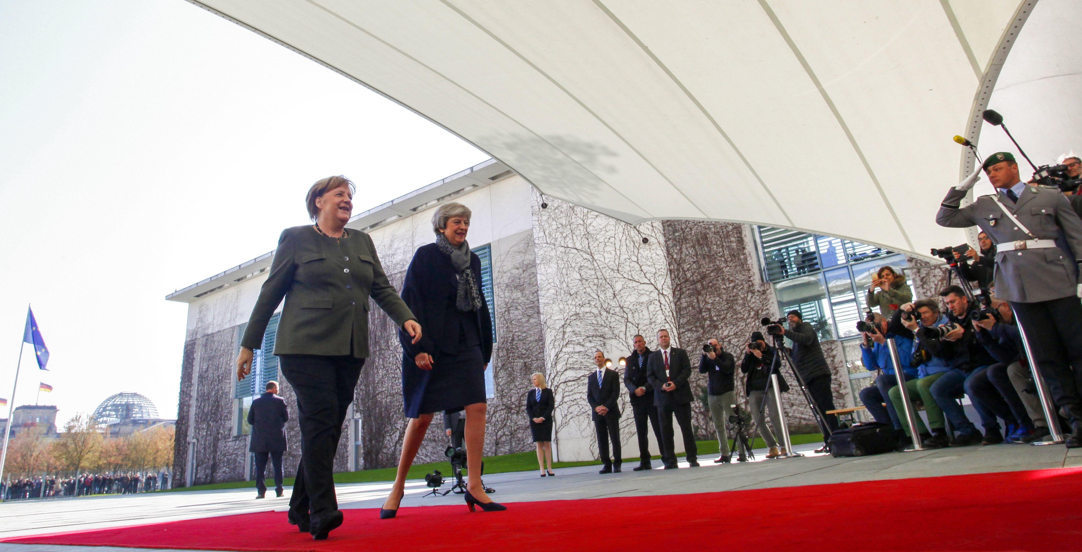 Темні костюми і рожева помада: ділова зустріч Терези Мей і Ангели Меркель