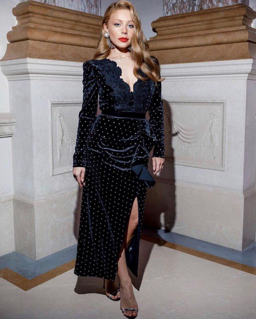 Тіна Кароль на гала-вечері захопила оксамитовою сукнею з мереживами: фото