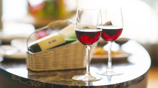 Регулярне вживання невеликої кількості червоного вина запобігає загибелі нейронів – вчені