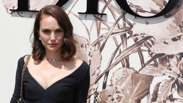Наталі Портман у маленькій чорній сукні похвалилася фігурою після пологів  (1.02 20) b9b7639f46435