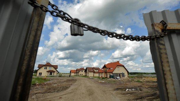 """<p style=""""text-align: justify;"""">Купівля будинку. Договір на оренду землі йде в комплекті. Фото: Р. Шамуков / ТАСС</p>"""
