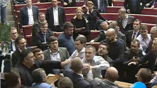 Держохорона просить депутатів заборонити самим собі проносити вРаду зброю табоєприпаси