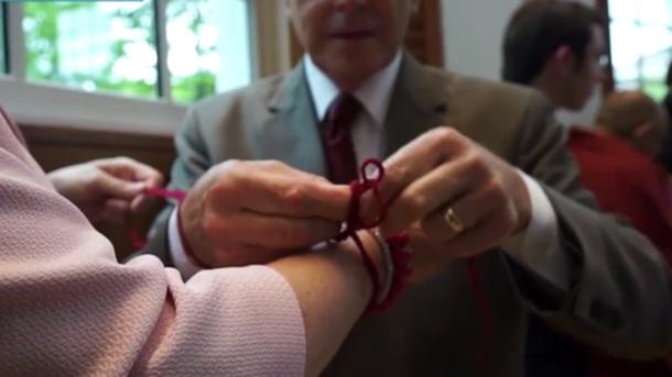 Червона нитка на зап'ясті від заздрості і пристріту - навіщо і як її носять