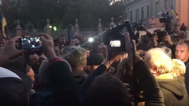 Під кінець мітингу під Радою активісти побили нардепа