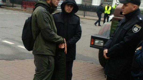 Поліція встановила особу чоловіка, який ніс зброю доРади
