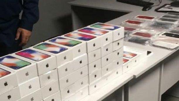 Водеському аеропорту прикордонники вилучили майже півсотні iPhone X