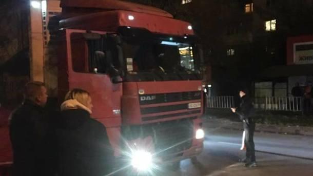 Посеред Львова закермом вантажівки помер водій