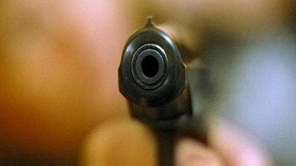 Поліцейському під час сварки вистрілили влоба: правоохоронець знаходиться вкомі