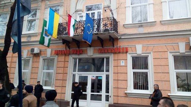 Намагалися спалити: Угорщина чекає реакції Києва на інцидент з їхнім прапором