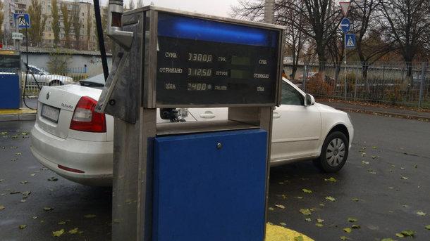 Гривня зміцнилася, а нафта дешевшає: що буде з цінами на бензин