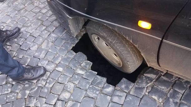 У Львові під легковиком провалилася дорога