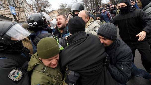 Переломи та струс мозку: в поліції озвучили деталі щодо бійки з активістами під Радою