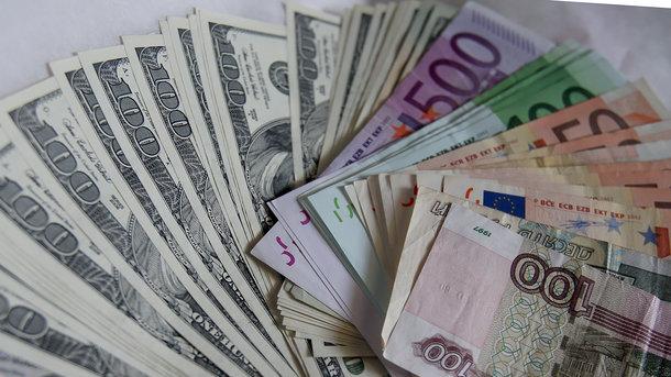 Курс євро в Україні впав нижче психологічної риси, а долар підріс