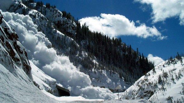 У Карпатах днями зафіксували сходження трьох мокрих снігових лавин. Про це  повідомляють в Українському Гідрометцентрі.