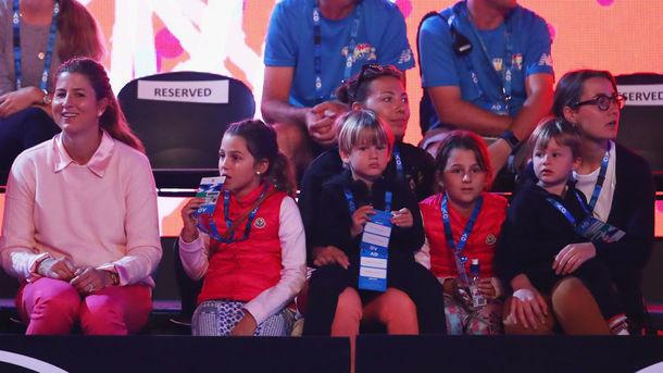 Діти легенди тенісу Роджера Федерера торгують лимонадом на вулиці