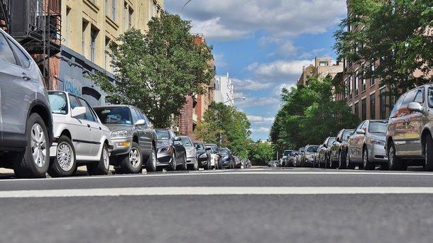 Без парковки в житлових кварталах: навіщо це потрібно і куди подіти машини
