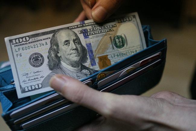 Долар в Україні підскочив до лютневого максимуму (15.99 24) 3148aff9c22ee