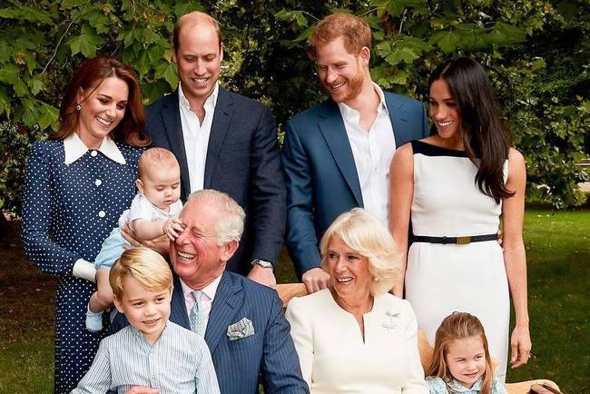 """<p style=""""text-align: justify;"""">Принц Чарльз з родиною. Фото: instagram.com/thestmagazine</p>"""