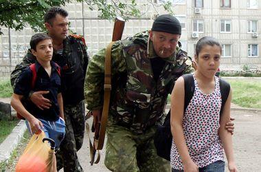 Террористы снова обстреляли жилые кварталы в Дзержинске: один из снарядов попал в детский сад, - МВД - Цензор.НЕТ 8949