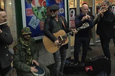 Навіщо зірки співають на вулицях: Гребенщиков виступав напередодні концерту, а Шнур – щоб отримати матеріал для кліпу (фото)