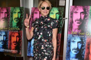 58-річна Шерон Стоун в компанії синів вийшла в світ без бюстгальтера (фото)