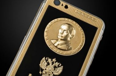 Вокалісту Rammstein подарували золотий iPhone з портретом Путіна (фото)