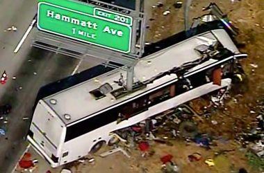 Жахливе ДТП на шосе: автобус розрізало навпіл стовпом
