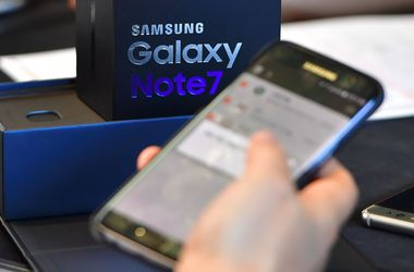 "<p style=""text-align: justify;"">У США заборонили проносити на борт літака Samsung Galaxy Note7, фото AFP</p>"
