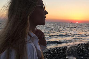 """Ночнушка з кардіганом: Світлана Ходченкова """"вигуляла"""" ультрамодний наряд (фото)"""