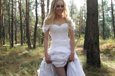 Співачка Alyosha викрала весільну сукню (відео)