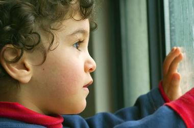 """<p style=""""text-align: justify;"""">Ні в якому разі не можна залишати дитину саму примусово. Фото: schoolofcare.ru</p>"""