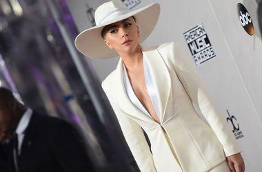 Леді Гага гуляє Парижем в жакеті від Валентина Юдашкіна (фото)