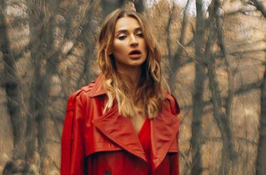 В прозорій блузці в лісі: Тетяна Решетняк знялася в чуттєвій фотосесії