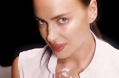 У спідній білизні і розстебнутій сорочці: Ірина Шейк з'явилася в сексуальному відео