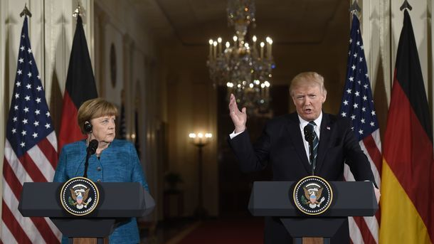 У Білому домі пояснили, чому Трамп не потиснув руку Меркель