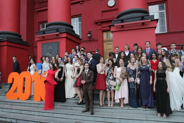 51e675087111a4 Правда.if.ua — Випускні-2016: сукні за 50 тис. грн,