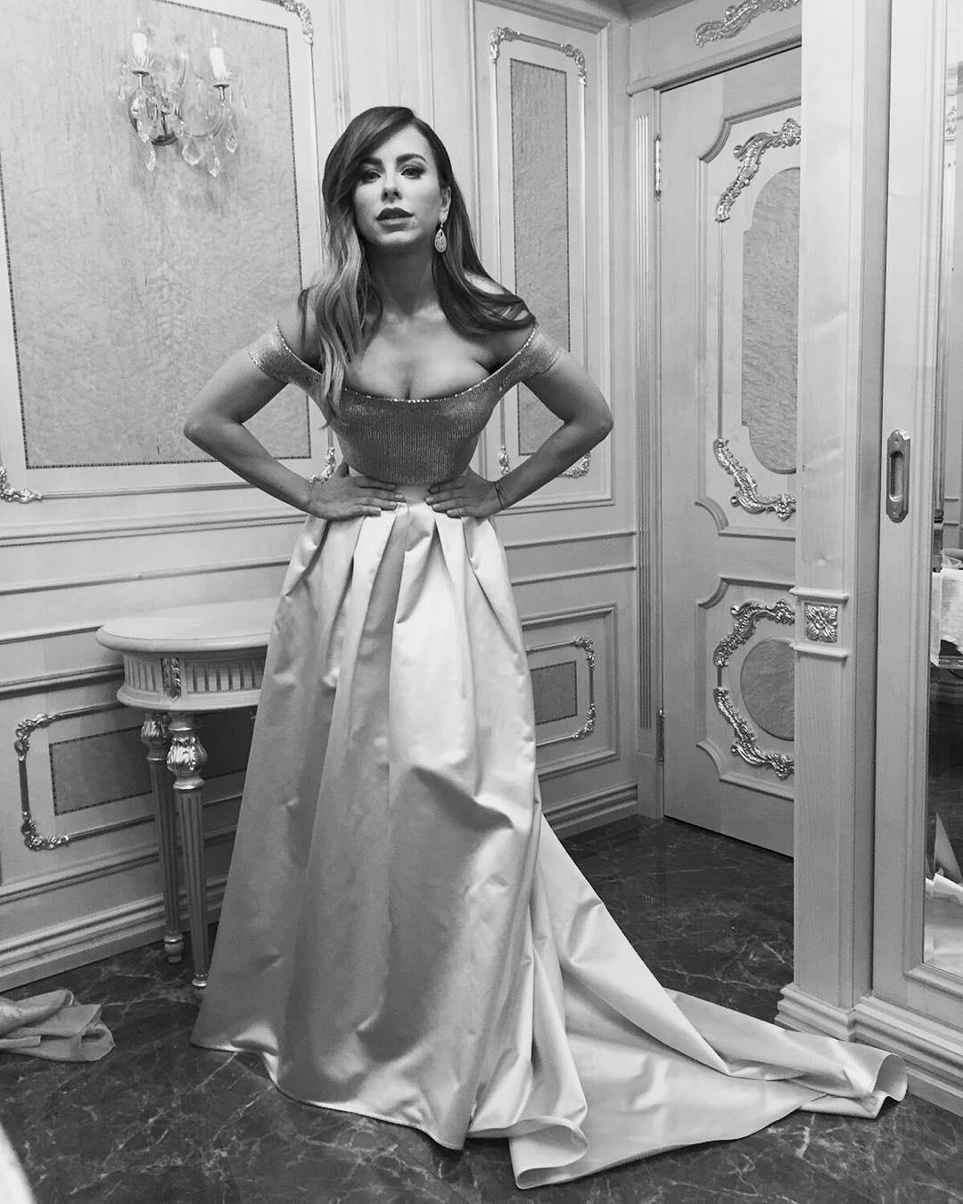 Ані Лорак придавила сукнею груди (фото)