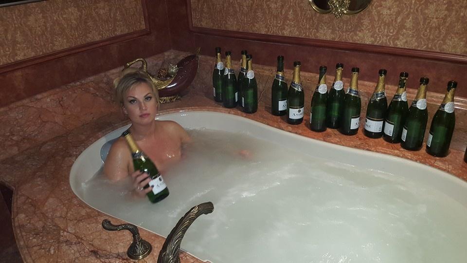 Гола Камалія показала, як приймає ванну з шампанським (фото)