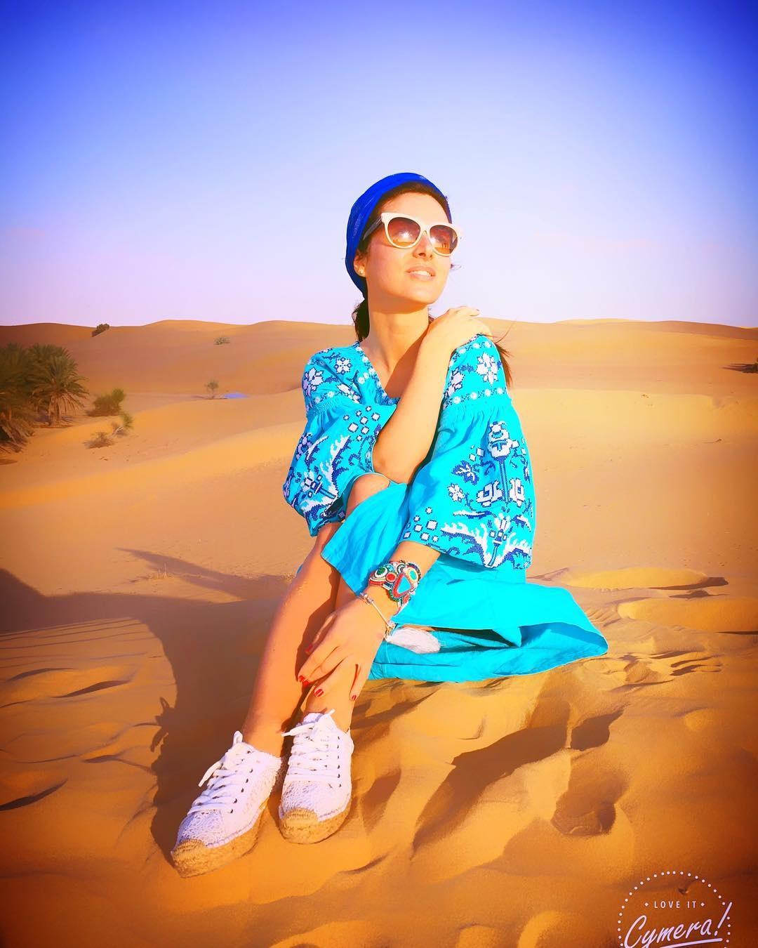 Злата Огневич позувала в пустелі у вишиванці за 8000 гривень (фото)
