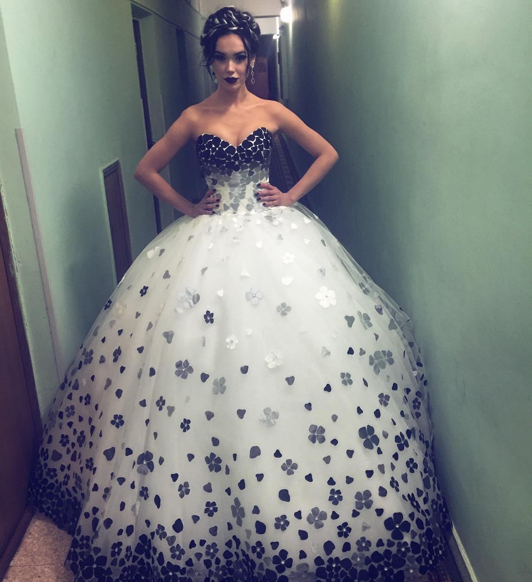 Марія Яремчук вразила 20-кілограмовою сукнею зі сміливим декольте на концерті Пономарьова (фото)