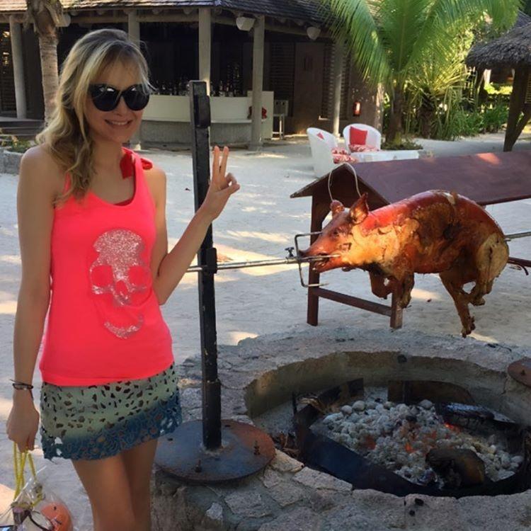 Українська супермодель похвалилася худорбою в бікіні на острові (фото)