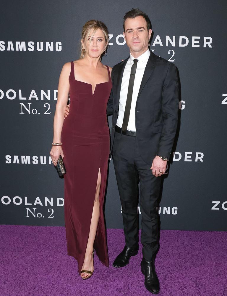 46-річна Дженніфер Еністон в сукні з розрізом до стегна підтримала чоловіка (фото)