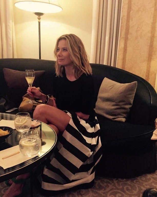 43-річна Юлія Висоцька через спідницю з високим розрізом оголилася за вечерею (фото)