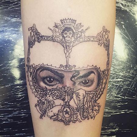 Дочка Майкла Джексона зробила татуювання на його честь