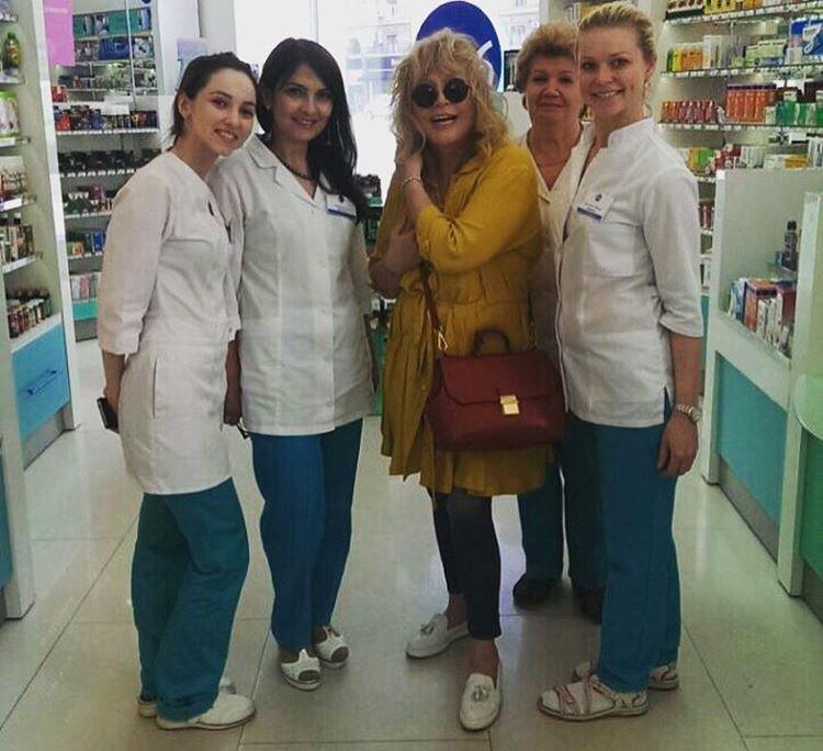 Алла Пугачова в жовтому вбранні і з модним укладанням вразила працівників аптеки (фото)