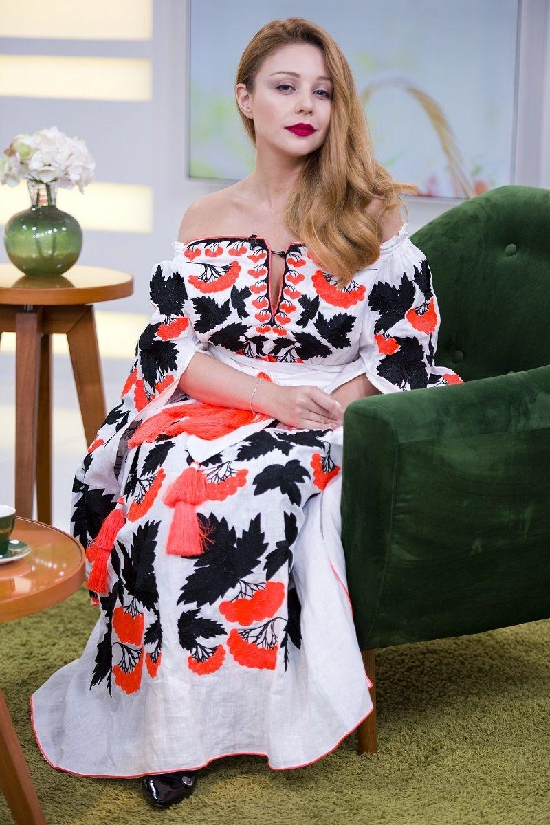Тіна Кароль в сукні в українському стилі з пікантним вирізом викликала фурор (фото)