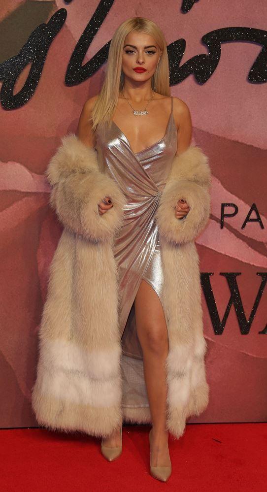 """Американська співачка засвітила голі груди на премії """"The Fashion Awards-2016"""" (фото)"""