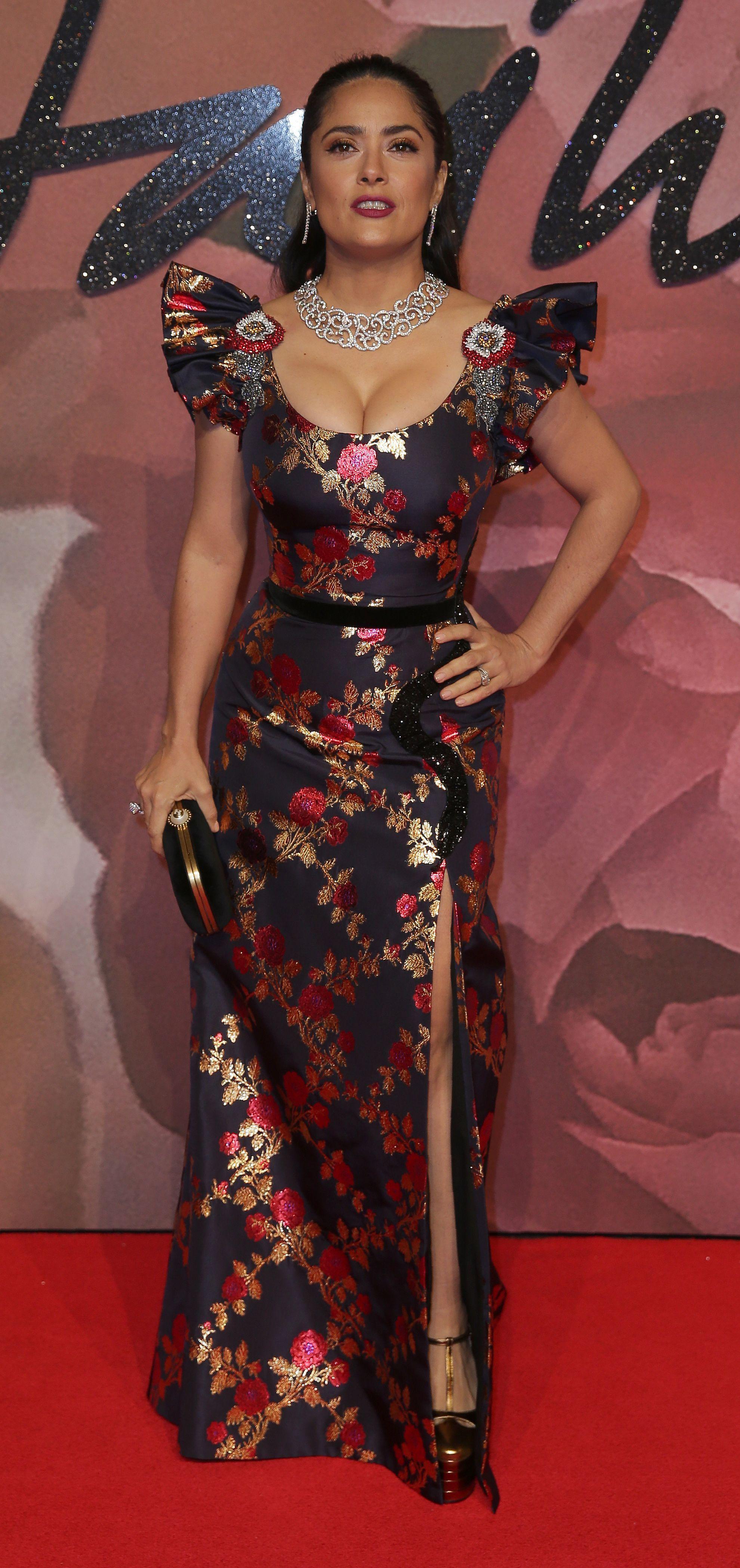 50-річна Сальма Хайєк не вмістила пишний бюст до сукні (фото)