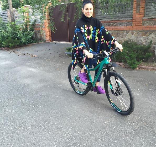 Стильна Маша Єфросиніна проїхалася на велосипеді в пончо за 10 тисяч гривень